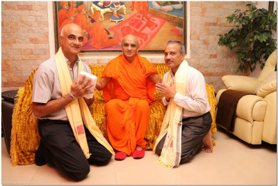 Acharya Swamishree blesses Mr. Kohli and Mr. Rao of Desbro Uganda Limited