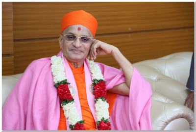 Divine darshan of Acharya Swamishree at the VIP lounge