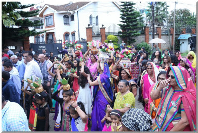A mini procession to escort Acharya Swamishree and sant mandal to the temple