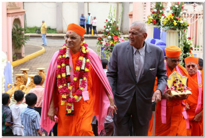 Arrival of Acharya Swamishree at the temple