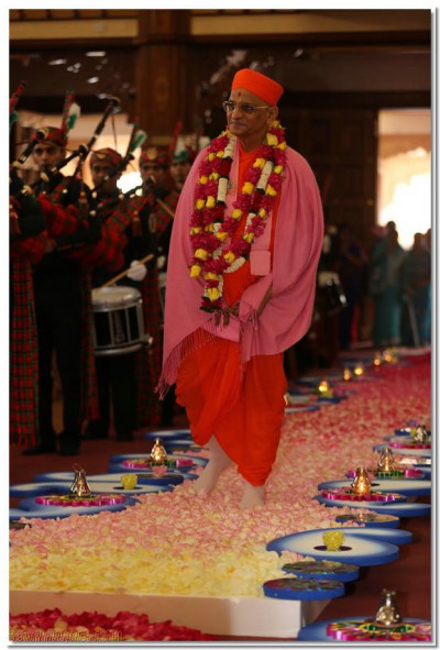 Divine darshan of Acharya Swamishree on the flower walkway