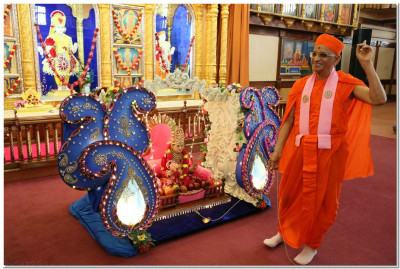 Divine darshan of Jeevanpran Bapashree and Acharya Swamishree