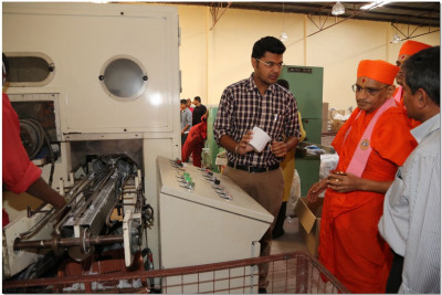 Acharya Swamishree performs padhramni at a devotee's factory