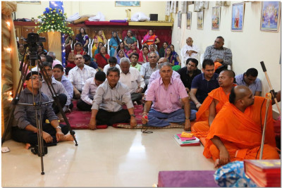Sants and devotees listen keenly to Acharya Swamishree's divine blessings