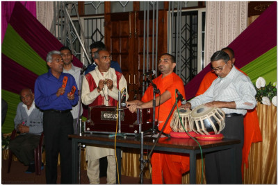 Sants and devotees playing live music during akhand dhoon