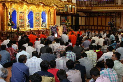 Devotees chant the name of Lord Shree Swaminarayanbapa Swamibapa