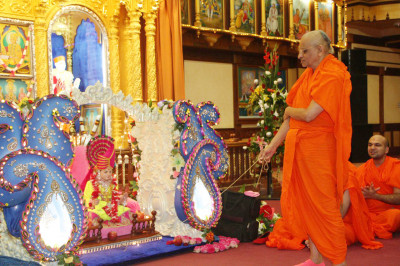 Acharya Swamishree sways the cradle
