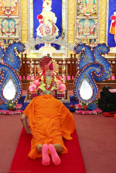 Acharya Swamishree seeks the divine blessings of Jeevanpran Bapashree