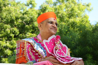Divine darshan of Acharya Swamishree during the swagat yatra