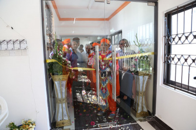 Acharya Swamishree does the opening ceremony of the Swamibapa Prathna Hall