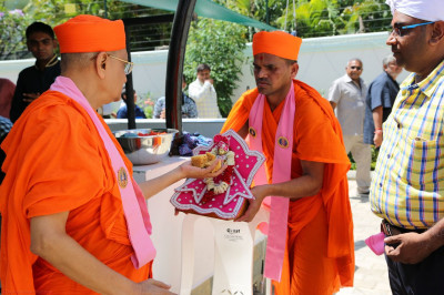 Acharya Swamishree offers prashad to Shree Hari