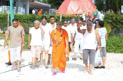 Acharya Swamishree proceeds to the beach for rangotsav