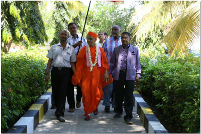Devotees welcome Acharya Swamishree