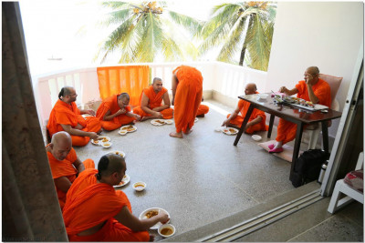 Acharya Swamishree and Sant Mandal enjoying lunch