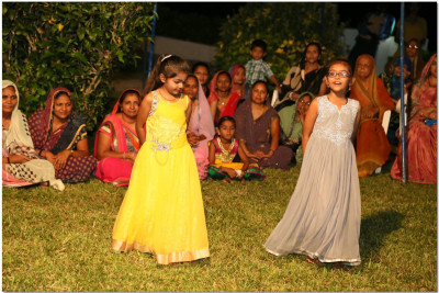 Young devotees perform dance on 'Rumzum Rumzum...'