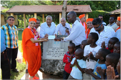 Shree Swaminarayan Gadi Sansthan donates to the school