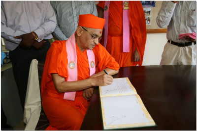 Acharya Swamsihree signs the visitors' book