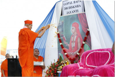 Acharya Swamishree performs poojan to Gopalbapa
