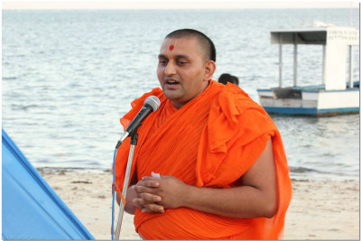 A sant gives speech on Gopalbapa's charitra