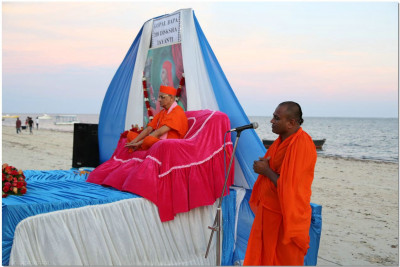 A sant recites on episodes from Gopalbapa's auspicious living