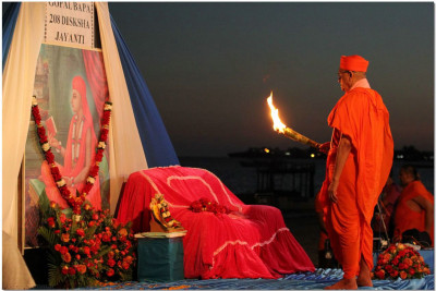 Acharya Swamishree performs sandhya aarti at the sea shore