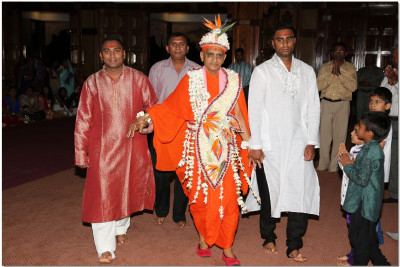 Acharya Swamishree escorted to the temple