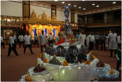 Devotees play raas to please the Lord