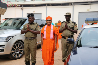 Acharya Swamishree blesses the VIP Protection Unit