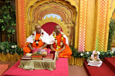 Sant Shiromani Shree Pragnatitdasji Swami and Sant Shiromani Shree Gurupriyadasji Swami perform scripture recitals