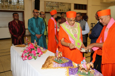 Acharya Swamishree consecrates the chhaabs