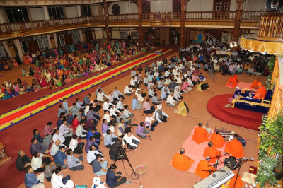 Devotees keenly listen to the Divine ashirwad of Acharya Swamishree