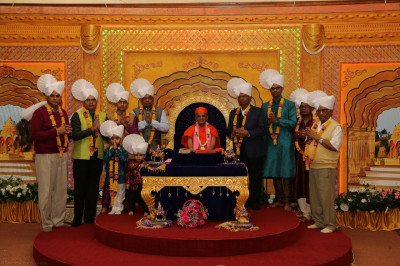 Acharya Swamishree blesses the sponsors
