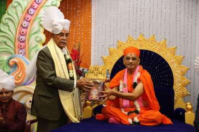 Acharya Swamishree blesses the guest from Hindu Council of Kenya