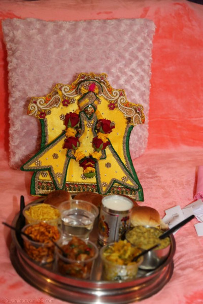 Offering of Thaarr to Shree Harikrushna Maharaj