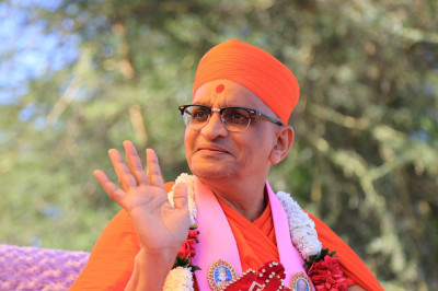 Divine darshan of Acharya Swamishree during the rally
