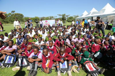 The students receive the school bags