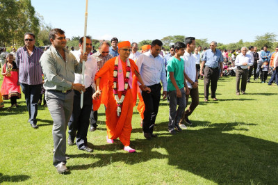Devotees escort Acharya Swamishree to the Tent