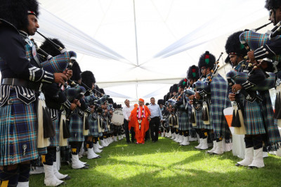 Shree Muktajeevan Swamibapa Pipe Band Nairobi welcomes Acharya Swamishree