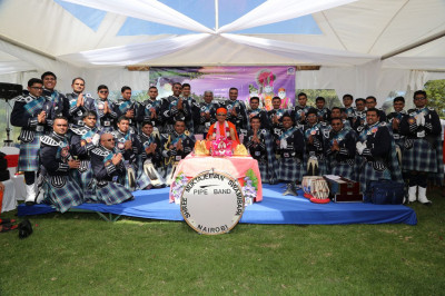 Shree Muktajeevan Swamibapa Pipe Band Nairobi pose for a group photo with Acharya Swamishree