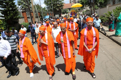 Arrival of Acharya Swamishree and sant mandal on Swamibapa road