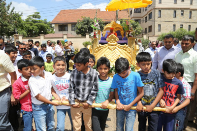 Young devotees welcome Acharya Swamishree to the temple