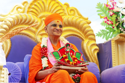 Divine darshan of Acharya Swamishree on the chariot