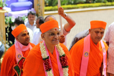 Acharya Swamishree and sant mandal arrives at the temple