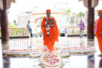 Acharya Swamishree arrives at the temple