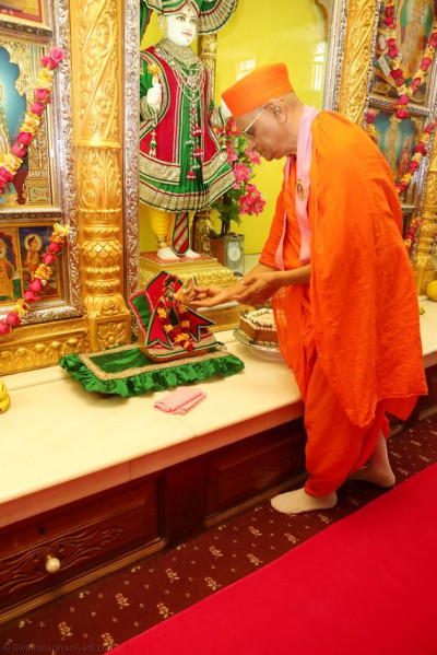 Acharya Swamishree offers cake to Lord Shree Hari