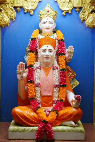 Divine darshan of Shree Ghanshyam Maharaj and Shree Muktajeevan Swamibapa