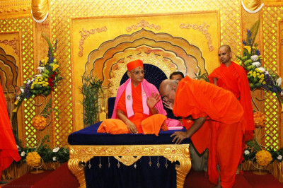 Acharya Swamishree blesses beloved devotees