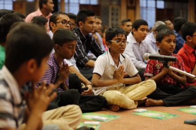 Young devotees sing prarthna