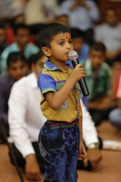 A young devotee recites one of the chilhood stories of Shree Ghanshyam Maharaj