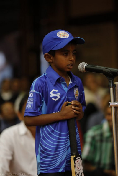 A young devotee recites a story on Muktajeevan Swamibapa's love for cricket